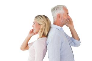 Happy couple talking on their smartphonesの写真素材 [FYI00002866]