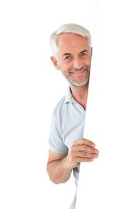 Smiling man showing large posterの写真素材 [FYI00002871]