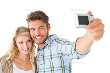 Attractive couple taking a selfie togetherの写真素材 [FYI00002876]