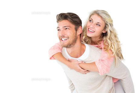 Handsome man giving piggy back to his girlfriendの写真素材 [FYI00002878]