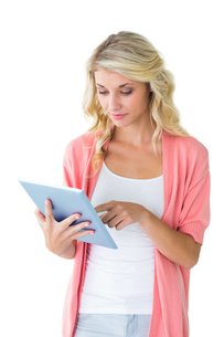 Pretty young blonde using her tablet pcの写真素材 [FYI00002879]