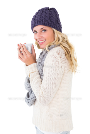 Pretty blonde in winter fashion holding mugの素材 [FYI00002886]