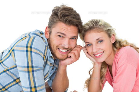 Attractive young couple lying and smiling at cameraの写真素材 [FYI00002887]