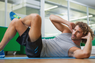 Handsome young man doing fitness exerciseの写真素材 [FYI00002906]