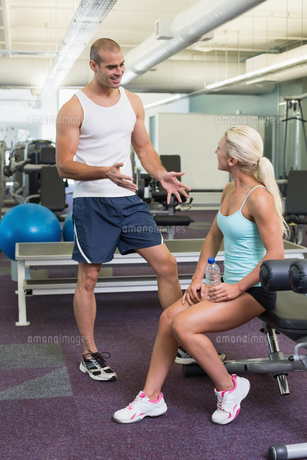 Male trainer talking to fit woman at gymの写真素材 [FYI00002909]