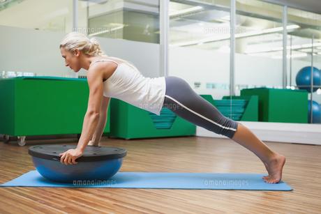 Woman doing fitness exercise in fitness studioの写真素材 [FYI00002911]