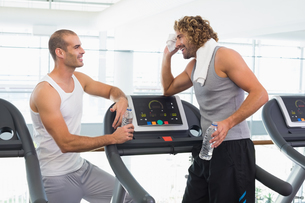 Smiling trainer talking to fit man at gymの写真素材 [FYI00002920]