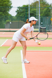 Focused tennis player ready to serveの写真素材 [FYI00002922]