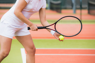 Focused tennis player ready to serveの写真素材 [FYI00002925]