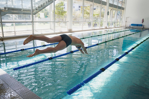 Swimmer diving into the pool at leisure centerの写真素材 [FYI00002928]