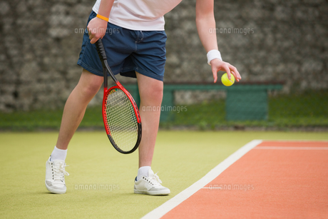 Young tennis player about to serveの写真素材 [FYI00002932]