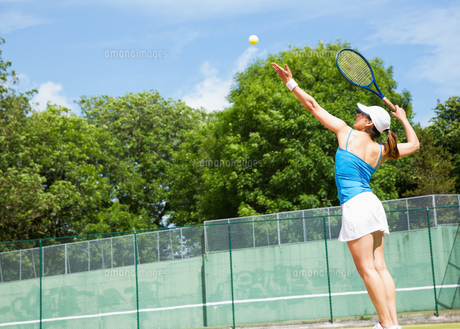 Tennis player about to serveの素材 [FYI00002935]