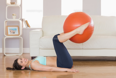 Fit brunette lifting exercise ball with legsの写真素材 [FYI00002949]