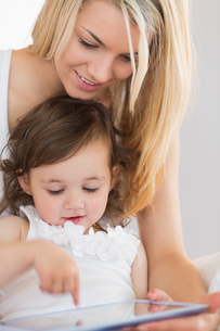 Mother and young daughter using digital tabletの写真素材 [FYI00002961]