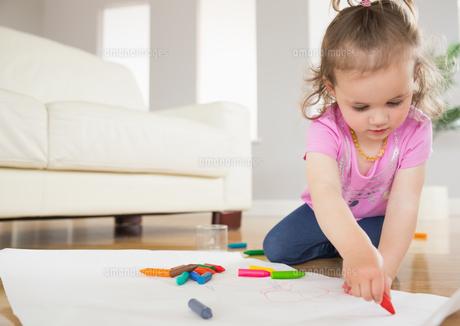 Little girl drawing in living roomの写真素材 [FYI00002979]