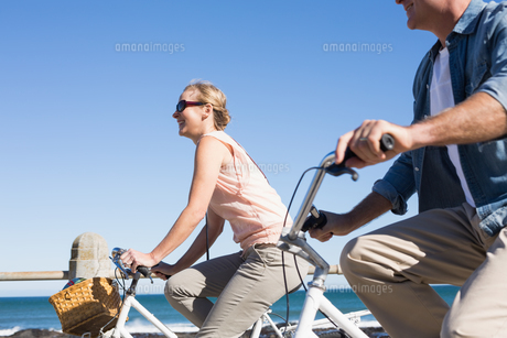 Happy casual couple going for a bike ride on the pierの素材 [FYI00002999]