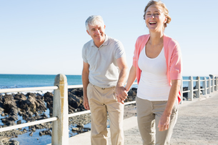 Happy casual couple walking by the coastの写真素材 [FYI00003000]