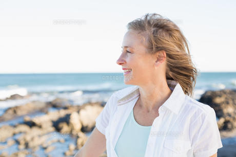 Casual woman smiling by the seaの写真素材 [FYI00003005]