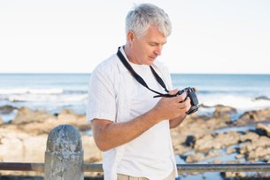 Casual mature man looking at his camera the seaの写真素材 [FYI00003008]