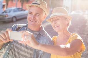 Happy mature couple taking a selfie together in the cityの写真素材 [FYI00003017]