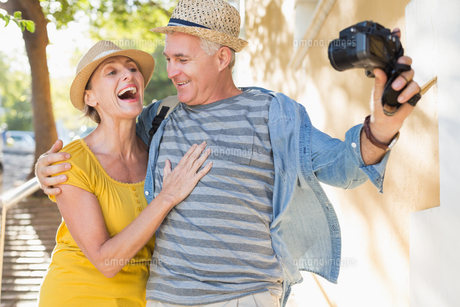 Happy tourist couple taking a selfie in the cityの写真素材 [FYI00003025]