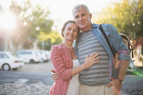 Happy mature couple hugging in the cityの写真素材 [FYI00003034]