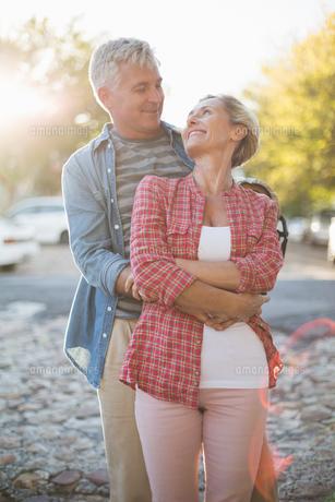 Happy mature couple hugging in the cityの写真素材 [FYI00003035]