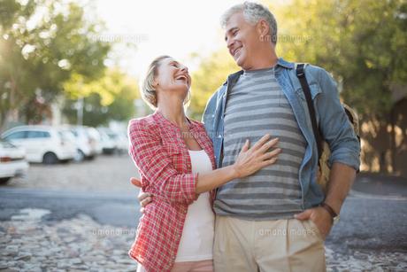 Happy mature couple hugging in the cityの写真素材 [FYI00003036]