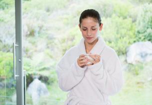 Beautiful woman in bathrobe having teaの写真素材 [FYI00003037]