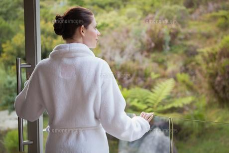 Woman wearing bathrobe against blurred plantsの写真素材 [FYI00003040]