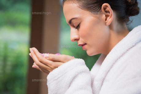 Beautiful woman smelling flowers in spaの写真素材 [FYI00003042]