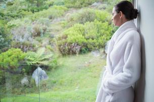 Relaxed woman wearing a bathrobeの写真素材 [FYI00003043]
