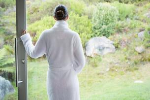 Woman wearing a bathrobeの写真素材 [FYI00003044]