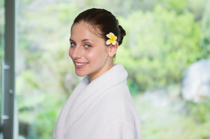Portrait of a beautiful young woman in bathrobeの写真素材 [FYI00003048]