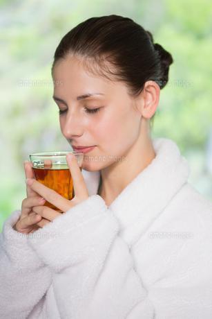 Beautiful woman in bathrobe having teaの写真素材 [FYI00003049]