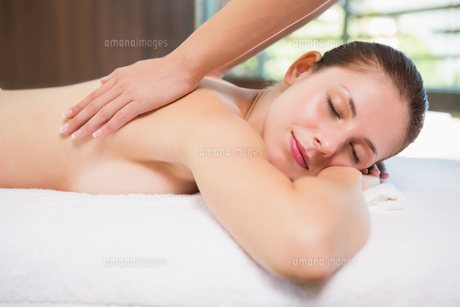 Attractive woman receiving back massage at spa centerの素材 [FYI00003054]
