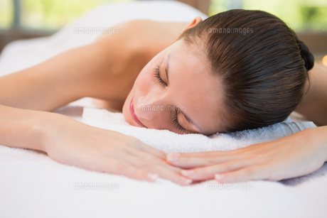 Beautiful woman lying on massage table at spa centerの素材 [FYI00003055]