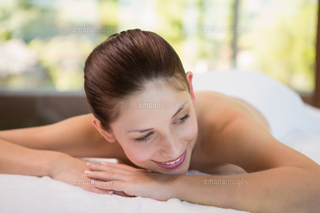Beautiful woman lying on massage table at spa centerの素材 [FYI00003056]