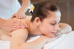 Attractive woman receiving shoulder massage at spa centerの写真素材 [FYI00003057]