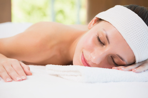 Beautiful woman lying on massage table at spa centerの写真素材 [FYI00003058]
