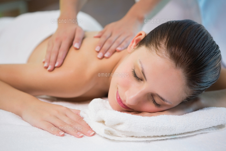 Attractive woman receiving shoulder massage at spa centerの素材 [FYI00003069]