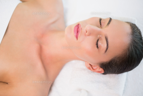 Beautiful woman lying on massage table at spa centerの素材 [FYI00003073]