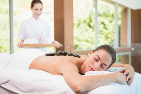 Beautiful woman receiving stone massage at health farmの写真素材 [FYI00003074]