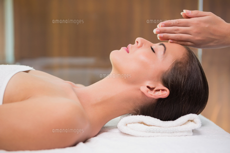 Attractive woman receiving treatment at spa centerの写真素材 [FYI00003076]