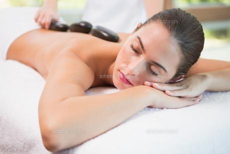 Beautiful woman receiving stone massage at health farmの写真素材 [FYI00003077]