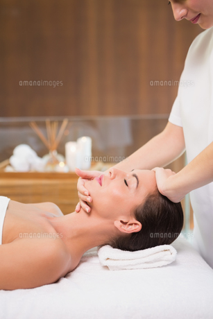 Attractive woman receiving head massage at spa centerの素材 [FYI00003078]