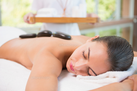 Beautiful woman receiving stone massage at health farmの写真素材 [FYI00003079]