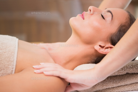 Attractive woman receiving shoulder massage at spa centerの素材 [FYI00003085]