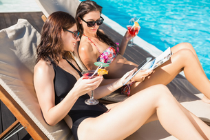 Women with drinks by swimming poolの写真素材 [FYI00003086]