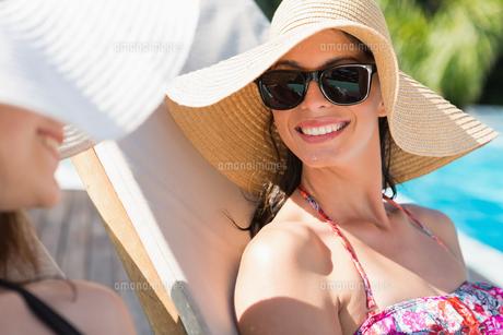 Women wearing hats by swimming poolの写真素材 [FYI00003091]